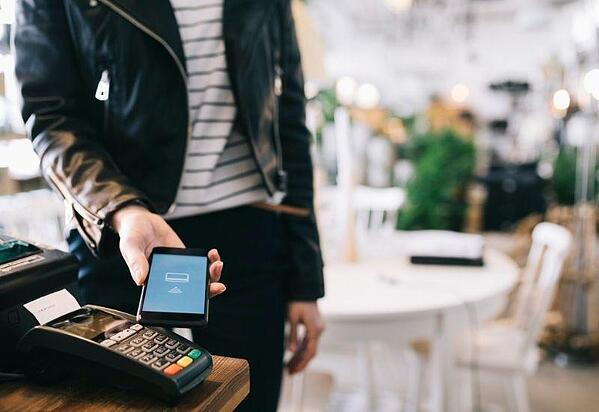 using-contact-less-payment-in-restaurant